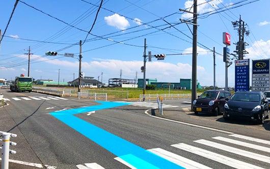 県道109号を南下していただき、交差点「鮫ケ地新田」を右折します。