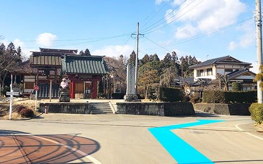 円東寺さんが正面に見えますので右へ。